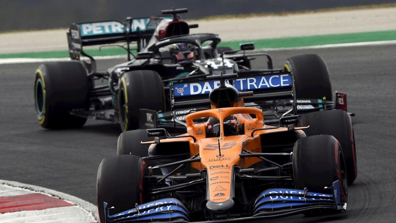 Carlos Sainz, por delante de un Mercedes