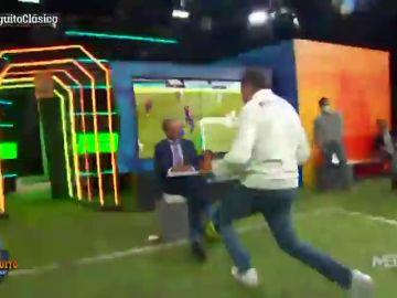 """El baile de Tomás Roncero en la cara de Cristóbal Soria en 'El Chiringuito' tras El Clásico: """"No estaba muerto, estaba de parranda"""""""