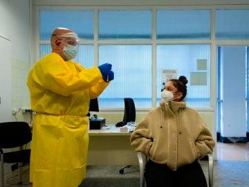 Un profesional sanitario realiza su trabajo en el Centro Atención Primaria (CAP) de Manso de Barcelona