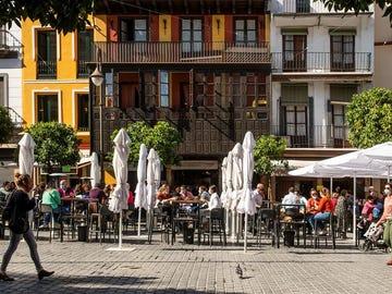 Terrazas ocupadas en la Plaza del Salvador de Sevilla.