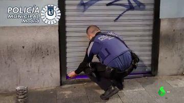 Un local donde se celebraba una fiesta ilegal retiene a los clientes durante horas para no abrir a la Policía