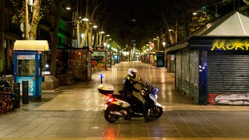 Imagen de un policía vigilando las calles durante el toque de queda