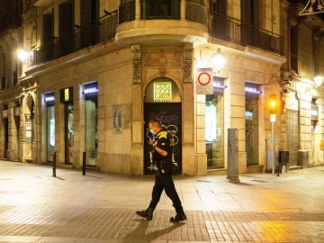 Imagen de archivo de un policía caminando en el toque de queda