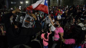 Decenas de personas celebran los resultados del plebiscito constitucional