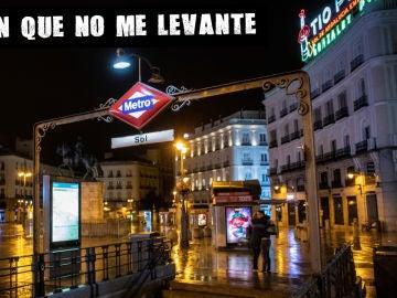 Una pareja se despide junto a la entrada del Metro de la Puerta del Sol en la primera jornada de toque de queda en Madrid