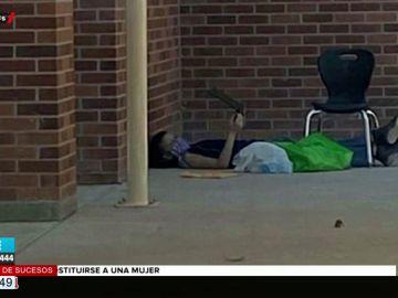 Un niño de nueve años se sienta todos los días frente al colegio para conectarse a Internet