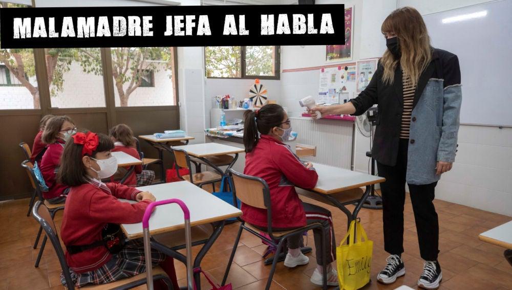 Una profesora toma la temperatura de una alumna en el aula del colegio Reina Sofía de Totana