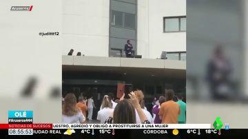 La actuación sorpresa de Antonio Orozco en el tejado del Hospital de Bellvitge para luchar contra el coronavirus