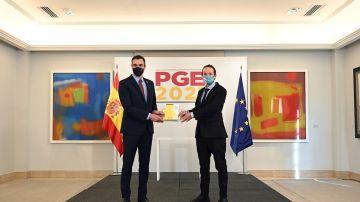 Sánchez e Iglesias posan con el proyecto de presupuestos