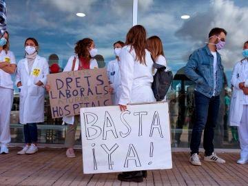 Concentración de médicos frente a las puertas del Hospital Mateu Orfila de Mahón
