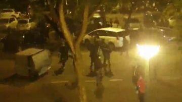Quema de contenedores y lanzamiento de botellas contra el estado de alarma en Sevilla