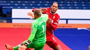 Pickford y Van Dijk chocan