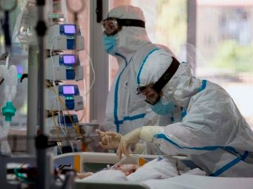 Dos enfermeras atienden a una enferma de covid 19 en la UCI.