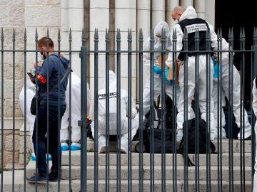 Agentes de la Policía francesa trabajando en el lugar de los hechos