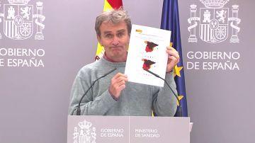 Fernando Simón mostrando el mapa de las comunidades en riesgo por COVID