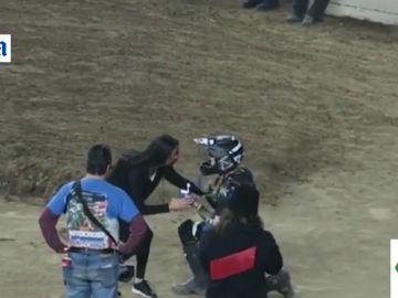 La pedida de mano más 'espectacular': finge caerse en plena carrera de motocross para pedir matrimonio a su novia