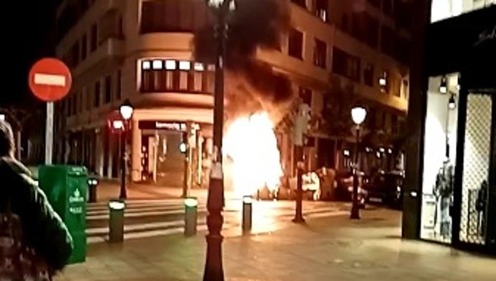 Imágenes de un contenedor ardiendo durante los disturbios en Bilbao