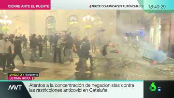Disturbios en Barcelona: negacionistas se enfrentan a los Mossos y tiran piedras y vallas por las medidas anticovid