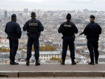 Agentes de la Policía francesa patrullan en Montmartre