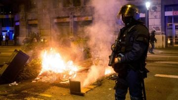 Imagen de un mosso durante los disturbios de Barcelona