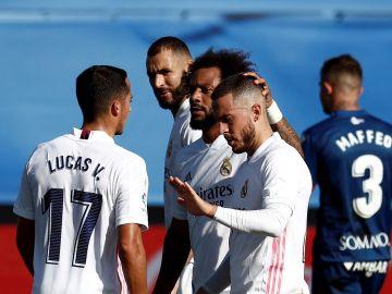 Eden Hazard 'celebra' un gol con sus compañeros