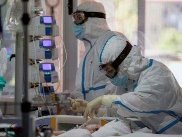 Dos enfermeras atienden a una enferma de covid 19 en la UCI
