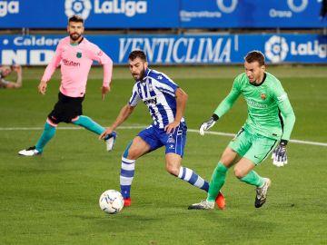 Luis Rioja bate a Neto ante la atenta mirada de Piqué