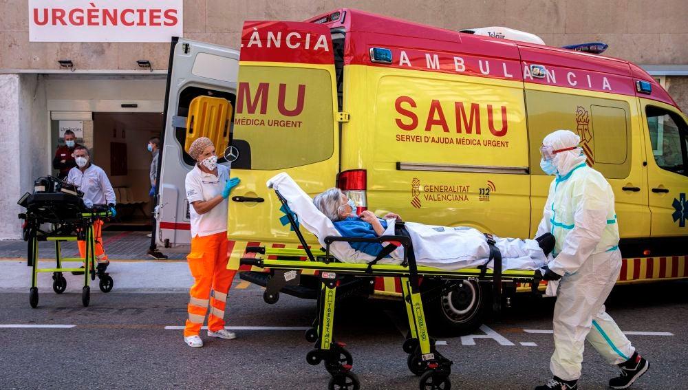 Sanitarios trasladan a un paciente a urgencias del Hospital Clínico de València