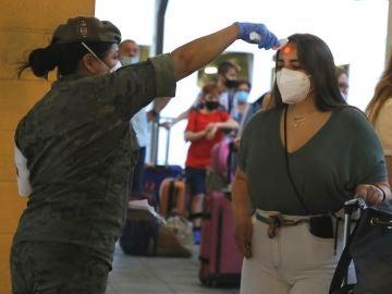 Una enfermera del Ejército toma la temperatura a los pasajeros del barco procedente de Málaga