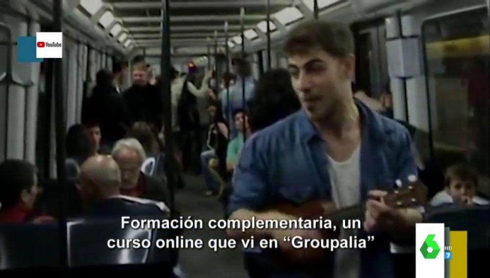 El vídeo viral de un joven cantando su currículum en el Metro de Barcelona con final feliz: sí, ha conseguido trabajo
