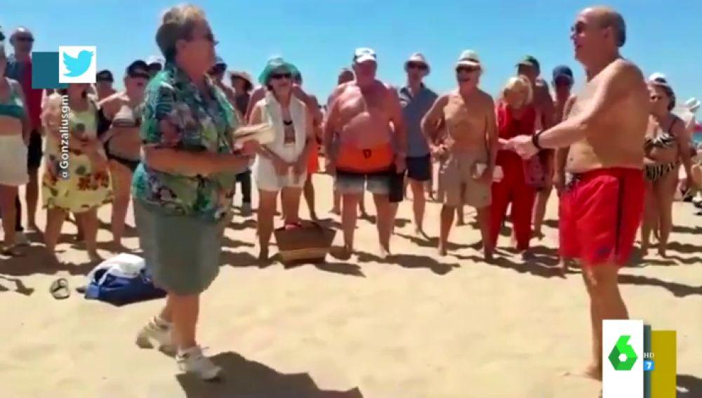 La batalla de gallos entre una señora y un hombre en la playa que revoluciona Twitter