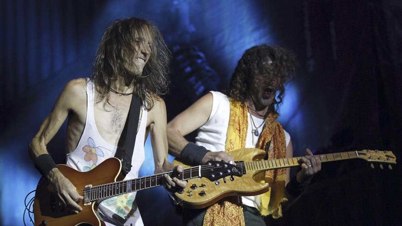 El guitarrista y cantante de Extremoduro, Robe Iniesta, e Iñaki Antón durante un concierto en Madrid