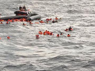 Imagen del momento del rescate de los cerca de 100 migrantes en el Mediterráneo.