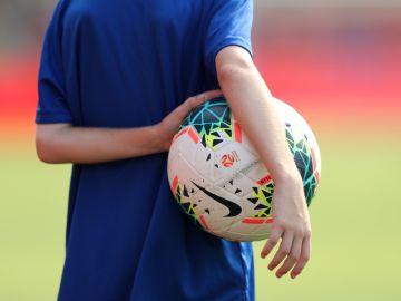 Imagen de archivo de un niño jugando al fútbol