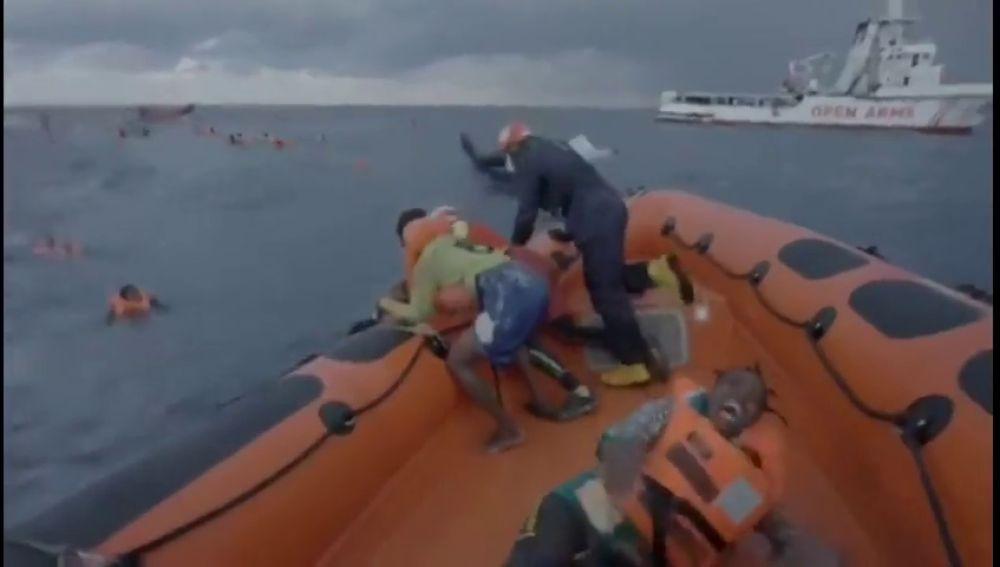 El grito desgarrador de una madre buscando a su bebé tras naufragar su embarcación