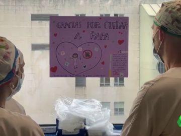 """El emotivo regalo de una niña a los sanitarios que atienden a su padre con coronavirus: """"Gracias por cuidar a papá"""""""