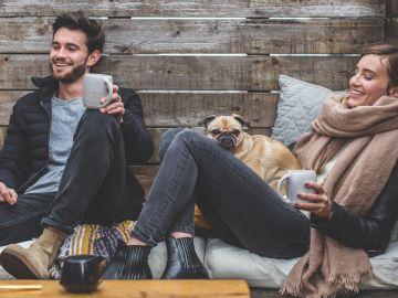 Imagen de una pareja en un sofá
