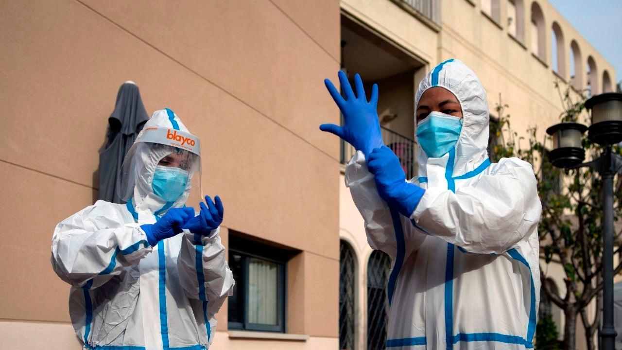 Dos sanitarias se preparan para realizar PCR a los residentes de la Residencia Campoamor