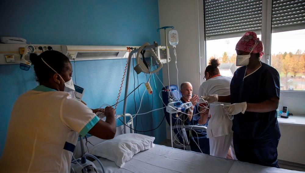Sanitarios trabajan en un hospital de Stains (Francia)