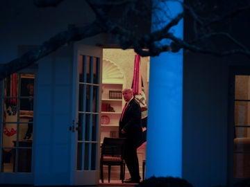 Donald Trump mira al exterior desde el Despacho Oval de la Casa Blanca