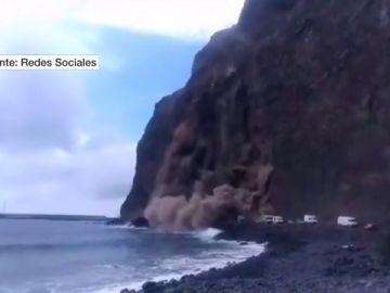 Imágenes del brutal derrumbe en un acantilado en La Gomera: cinco personas han sido evacuadas tras el incidente