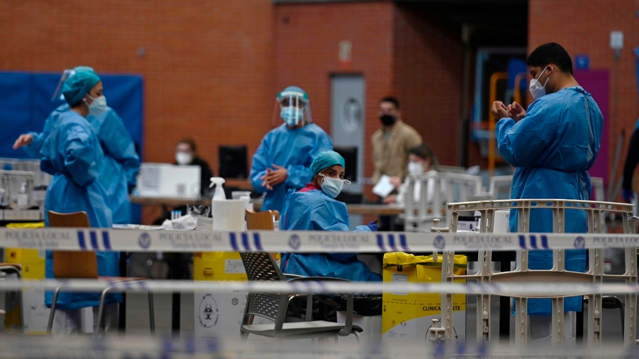 Personal sanitario durante unos test serológicos masivos realizados en Torrejón de Ardoz