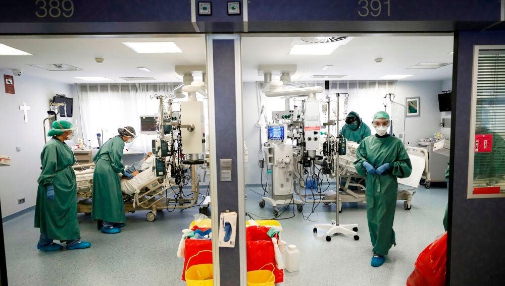 Médicos y enfermeras atienden a dos pacientes en la UCI de la Clínica Universidad de Navarra