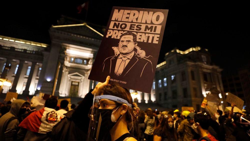 Manifestantes participan en una multitudinaria marcha en protesta contra el nuevo gobierno del presidente Manuel Merino, hoy, en la plaza San Martín de Lima (Perú).