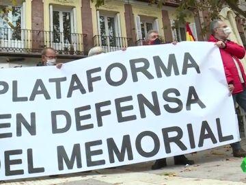 Acto de protesta en Madrid por la retirada a martillazos de la placa de Largo Caballero en la Plaza de Chamberí