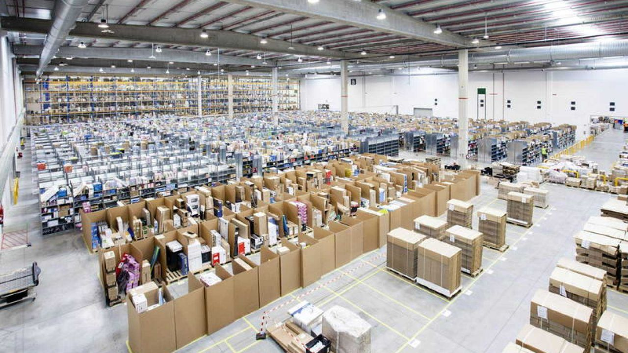Detenidos cinco empleados de Amazon por robar medio millón de euros en móviles de alta gama