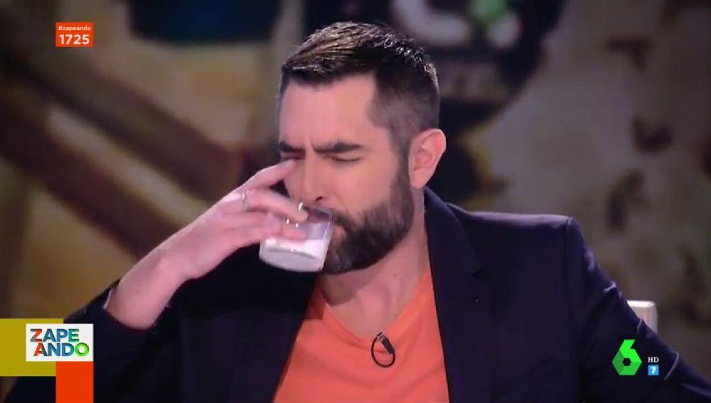 """Las divertida reacción de Dani Mateo y el resto de zapeadores al beber leche de camella: """"Qué peste, es como leche materna"""""""