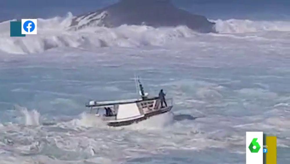 """""""¡Ay, Juanín, máquina!"""": la peligrosa maniobra de un barco entrando en un puerto de Asturias en pleno temporal"""