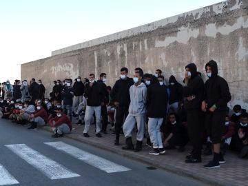 La Delegación del Gobierno en Canarias libera a más de 200 migrantes del puerto de Arguineguín