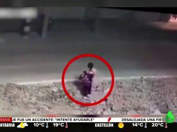 El momento en el que una niña cae por una alcantarilla mientras jugaba en la calle